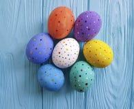 在蓝色木传统小组礼物概念土气的设计的复活节彩蛋 库存照片