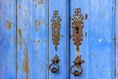 在蓝色木头的老和年迈的历史的教会门 库存图片