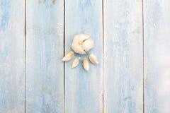 在蓝色木板的大蒜 免版税库存照片