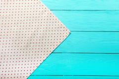 在蓝色木桌上的圆点纹理框架  顶视图和拷贝空间 嘲笑 免版税库存图片