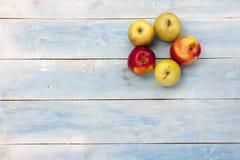 在蓝色木桌上的新鲜的苹果 免版税库存图片