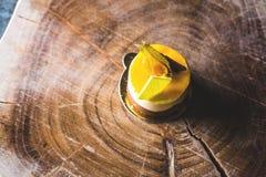 在蓝色木桌上的鲜美自创乳酪蛋糕 选择聚焦 库存照片