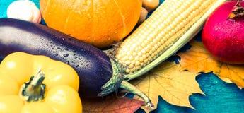 在蓝色木桌与秋叶,玉米顶部的照片, 库存图片