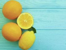 在蓝色木生气勃勃的柠檬和桔子成份水多的柠檬酸样式 免版税库存照片