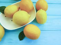 在蓝色木生气勃勃的柠檬和桔子水多的柠檬酸样式 图库摄影