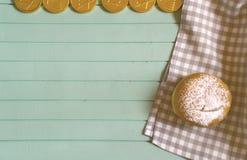 在蓝色木盘子,顶视图的甜光明节多福饼 免版税库存照片