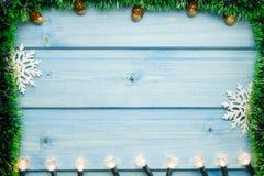 在蓝色木背景的圣诞灯 图库摄影