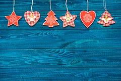 在蓝色木背景的圣诞节装饰品 看板卡例证向量xmas 新年好 平的位置 复制空间 免版税库存照片