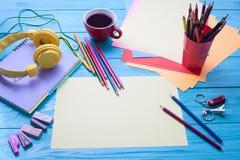 在蓝色木背景的工作区 复制空间 登记概念教育查出的老 顶视图 咖啡 免版税库存照片