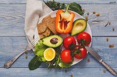 在蓝色木背景的新鲜蔬菜营养与拷贝空间 免版税库存图片