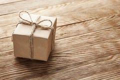 在蓝色木背景的礼物盒 免版税库存照片