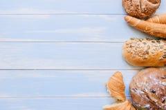 在蓝色木背景顶视图的新鲜面包 复制空间 免版税库存照片