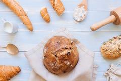 在蓝色木背景顶视图的新鲜面包 库存图片