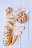在蓝色木背景顶视图的新鲜面包 免版税库存图片