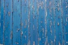 在蓝色木门的削皮油漆 库存照片