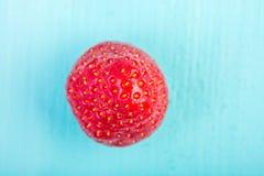 在蓝色木头的新鲜的红色草莓 免版税库存图片