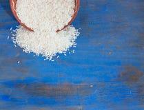 在蓝色木头的米 免版税库存图片