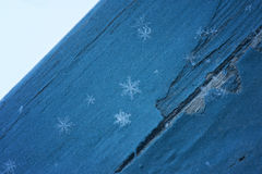 在蓝色木头的雪花 免版税库存图片