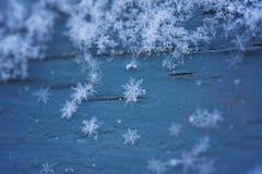 在蓝色木头的雪花 库存图片