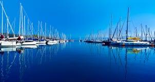 在蓝色本质场面的游艇端口 免版税库存图片