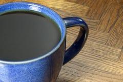 在蓝色杯子的两无奶咖啡 免版税库存照片