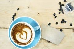 在蓝色杯子的热的咖啡图画心脏 图库摄影