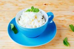 在蓝色杯子的酸奶干酪 免版税图库摄影