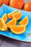 在蓝色板材供食的桔子 免版税库存照片