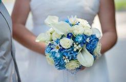 在蓝色样式的婚姻的新娘花束 图库摄影