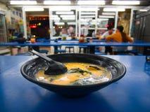 在蓝色桌上的台湾猪肉骨头汤拉面面条汤 库存照片