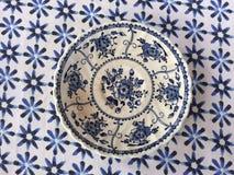 在蓝色桌布背景的葡萄酒白色和蓝色板材 免版税库存图片