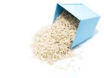 在蓝色桶的未煮过的糙米 免版税库存图片