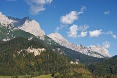在蓝色横向山天空之上 免版税库存图片