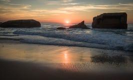 在蓝色橙黄天空背景中享受美好的风景日落在大西洋海岸在温暖的10月, capbreton,法国 免版税库存照片