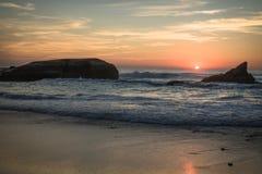 在蓝色橙黄天空背景中享受美好的风景日落在大西洋海岸在温暖的10月, capbreton,法国 库存照片