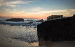 在蓝色橙黄天空背景中享受美好的风景日落在大西洋海岸在温暖的10月, capbreton,法国 免版税库存图片
