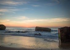 在蓝色橙黄天空背景中享受美好的风景日落在大西洋海岸在温暖的10月, capbreton,法国 免版税图库摄影