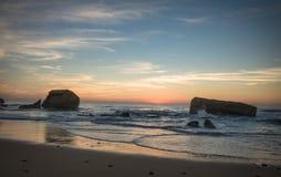在蓝色橙黄天空背景中享受美好的风景日落在大西洋海岸在温暖的10月, capbreton,法国 图库摄影