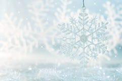 在蓝色欢乐背景的雪花 背景美好的圣诞节 免版税库存照片