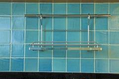 在蓝色正方形的挂衣架铺磁砖模式 库存图片