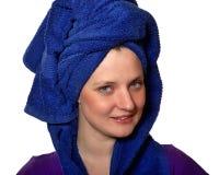 在蓝色毛巾的妇女微笑 免版税库存照片