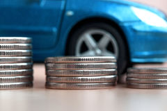 在蓝色汽车的硬币 库存图片