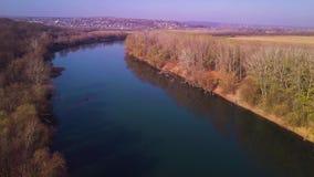 在蓝色河和农田的缓慢的寄生虫飞行 影视素材