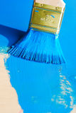 在蓝色油漆的刷子 免版税图库摄影