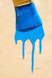在蓝色油漆的刷子 免版税库存图片