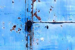 在蓝色油漆的生锈的门把手 免版税图库摄影