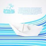 在蓝色波浪的纸船。 库存照片