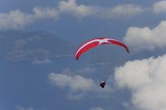 在蓝色海上的滑翔伞 库存图片