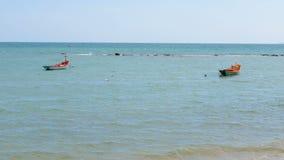 在蓝色海和清楚的天空的小渔船 股票视频