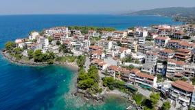 在蓝色海水的寄生虫鸟瞰图在Neos Marmaras镇,哈尔基季基州,希腊海岸Sithonia的 影视素材